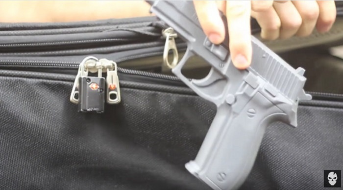 スーツケースに南京錠をつけても意味がない。ボールペンで簡単に開いてしまいます。俺の合鍵