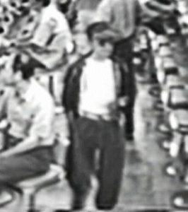 平成8年7月7日太田市のパチンコ店で起きたゆかりちゃん誘拐事件の犯人と思われるサングラスにニッカポッカズボンの男。俺の合鍵
