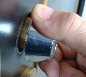 カム送り不正開錠を防ぐにはここの隙間を埋めるスペーサーを入れてもらう。鍵番号・鍵番号は見せない・俺の合鍵・新カギ