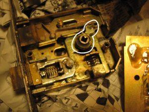 錠前・錠の耐久年数・耐応年数は通常の錠前が10年、電気錠が7年と日本ロック工業会(JLMA)が定めております。俺の合鍵・鍵番号はあなたの家のパスワード
